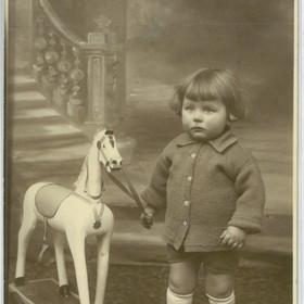 lcc_cp_fille_et_son_cheval_de_bois_recto.jpg